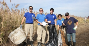 Volunteers remove debris from Jamaica Bay. Credit: ALS