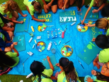 Students create recycling signage (Photo: Hawaii Wildlife Fund).