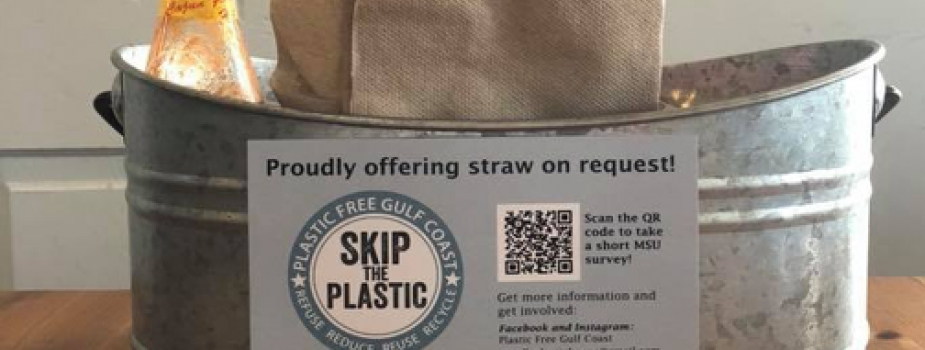 Napkin bin with sign about plastic free gulf coast.