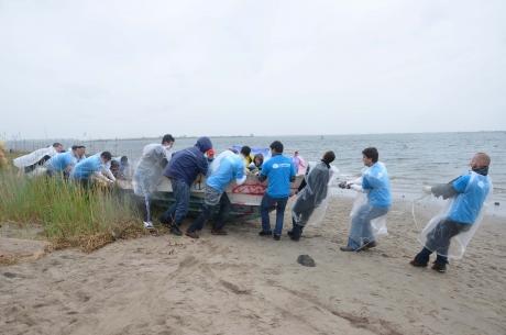 Volunteers remove a derelict vessel.